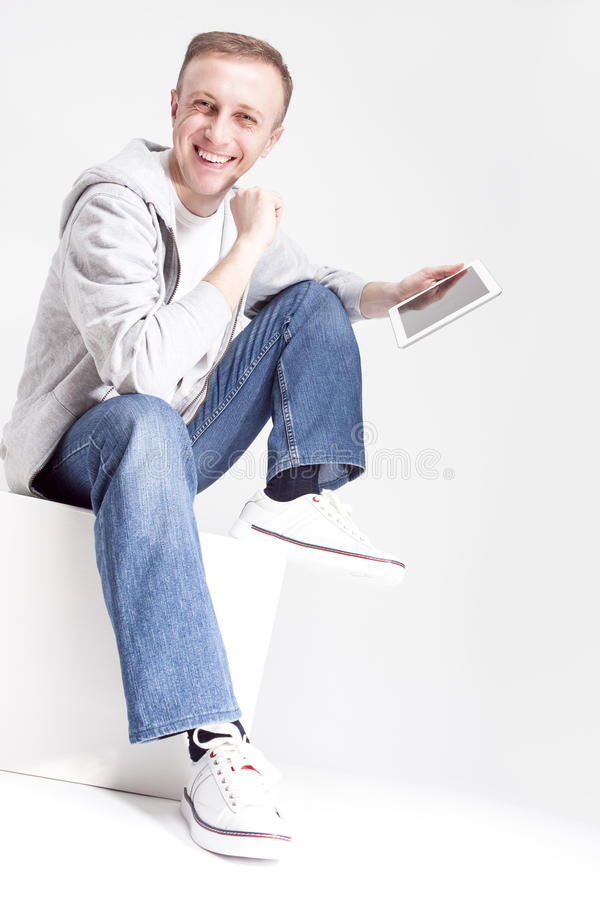 Portret Ekspresyjny Uśmiechnięty Kaukaski mężczyzna w Hoodie z pastylka komputerem obrazy royalty free