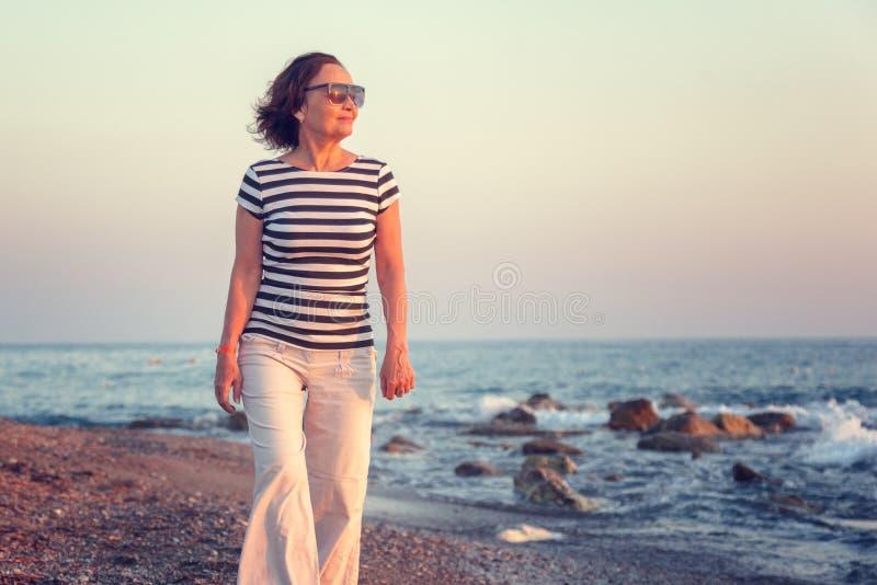 Portret elegancka atrakcyjna dojrzała kobieta 50-60 rok na zdjęcia stock