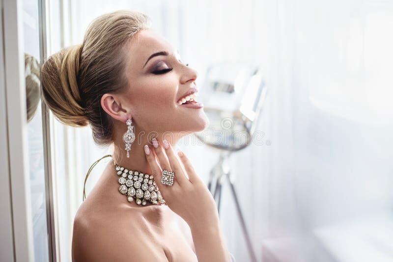 Portret elegancka dama jest ubranym drogą biżuterię obrazy royalty free