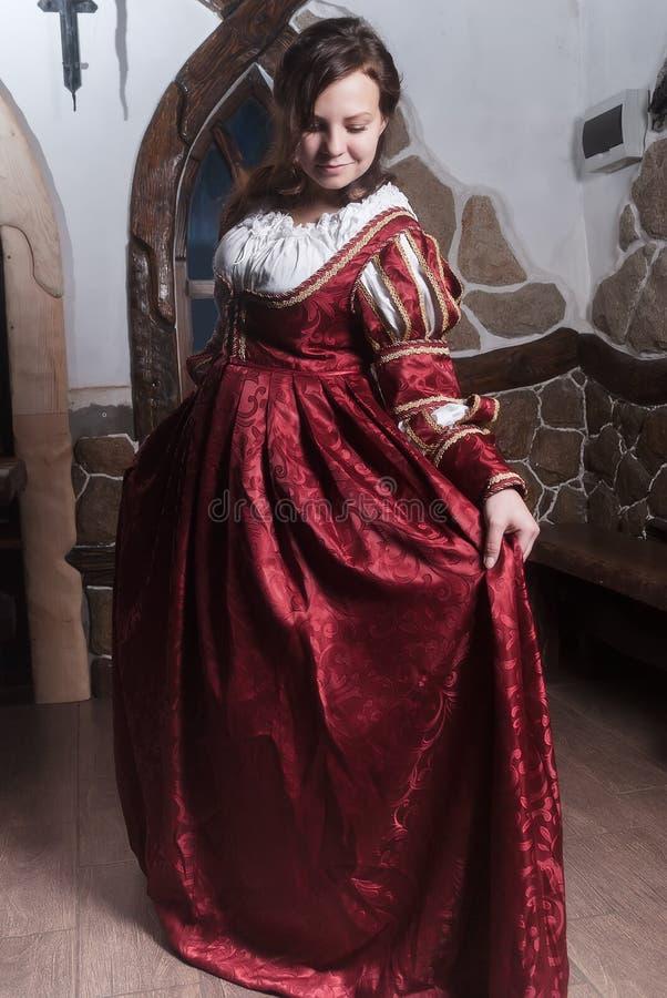 Portret elegancka kobieta w średniowiecznej ery sukni fotografia stock