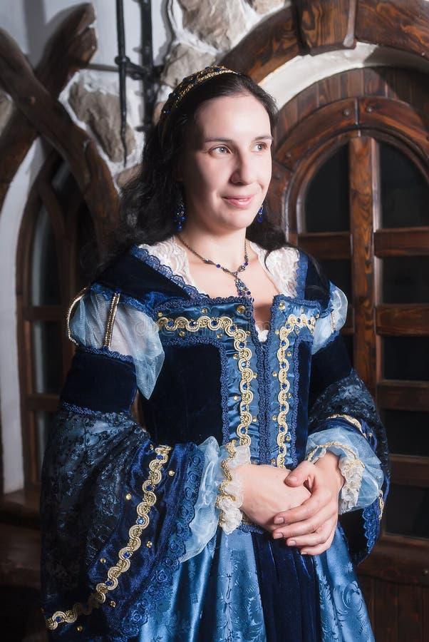 Portret elegancka kobieta w średniowiecznej ery sukni obrazy stock