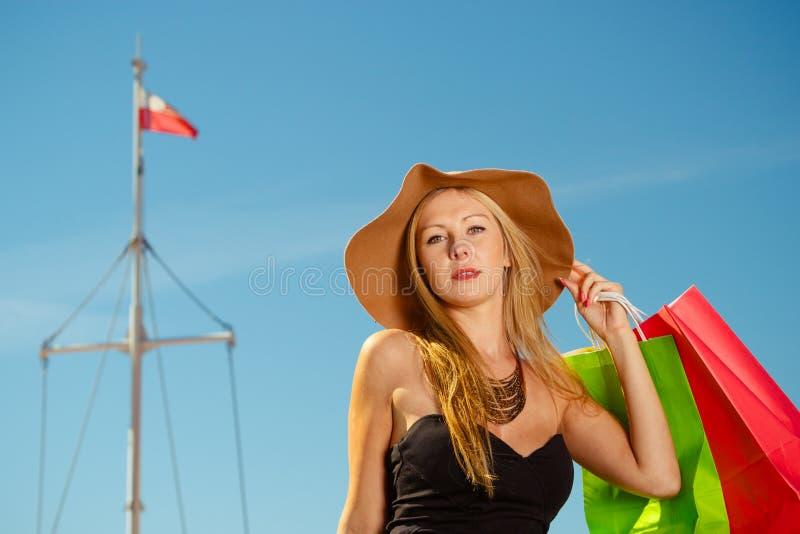 Portret elegancka kobieta z torba na zakupy obraz stock