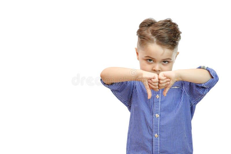 Portret elegancka przystojna chłopiec odizolowywająca na białym tle Chłopiec pokazuje kciuki zestrzela zdjęcie stock