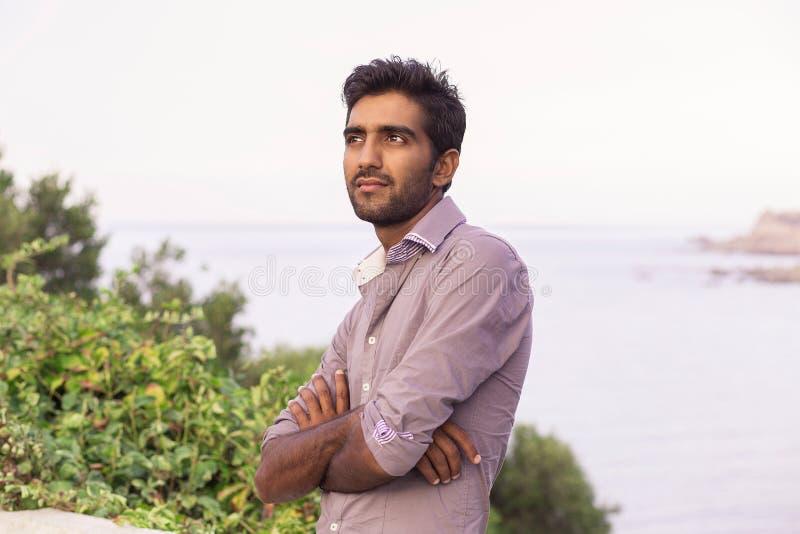 Portret elegancki Indiański mężczyzna w formalny koszulowy plenerowym fotografia stock