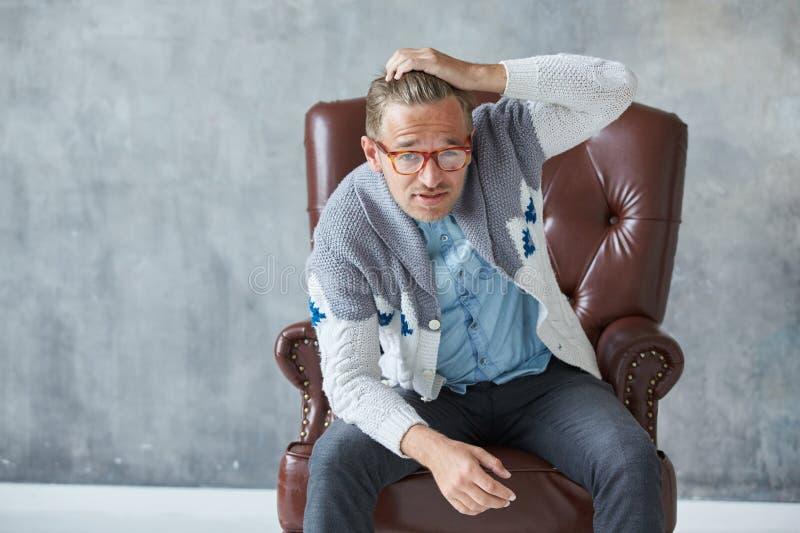 Portret elegancki inteligentny mężczyzna z szkłami gapi się w kamerę zdjęcie royalty free