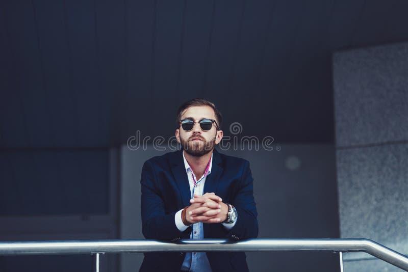 Portret elegancki młody człowiek w okularach przeciwsłonecznych zdjęcia royalty free