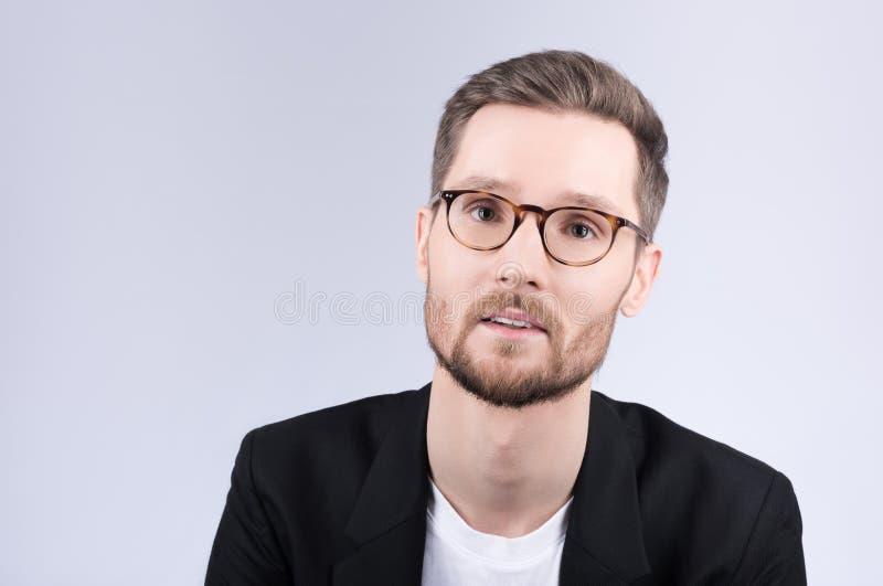 Portret elegancki młody człowiek z szkłami Czarny whi i kurtka obrazy stock