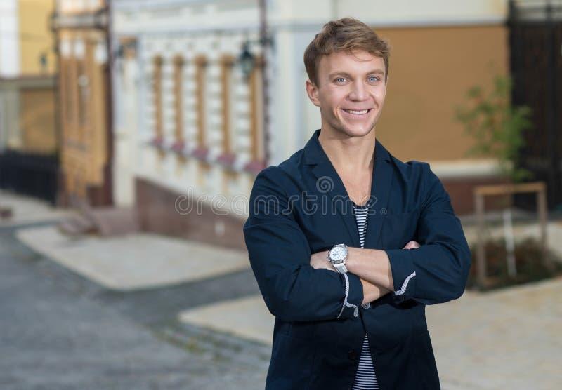 Portret elegancki modny młodego człowieka odprowadzenie na ulicie obrazy stock