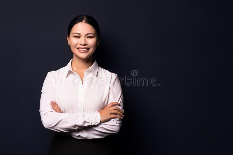 Portret elegancko ubierająca młoda wspaniała brunetki kobieta zdjęcie stock