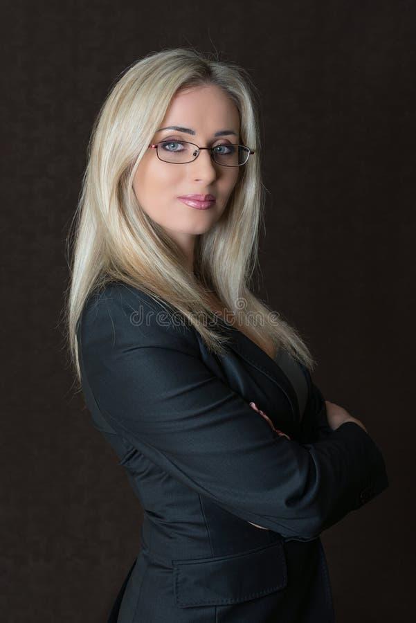 Portret elegancko ubierający młody wspaniały blond biznesowy woma obraz stock