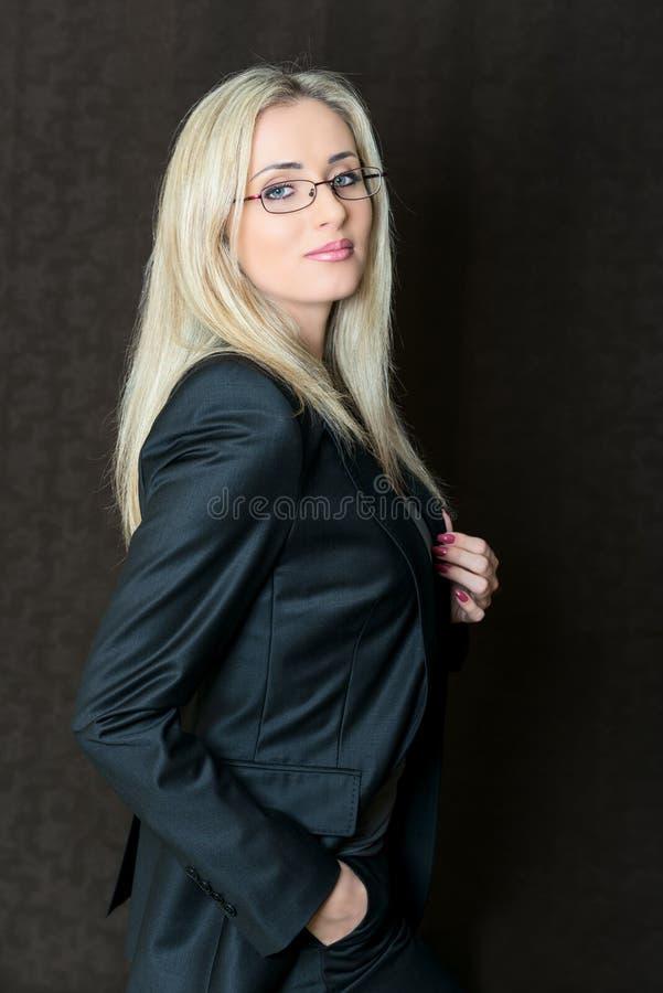 Portret elegancko ubierający młody wspaniały blond biznesowy woma obrazy royalty free
