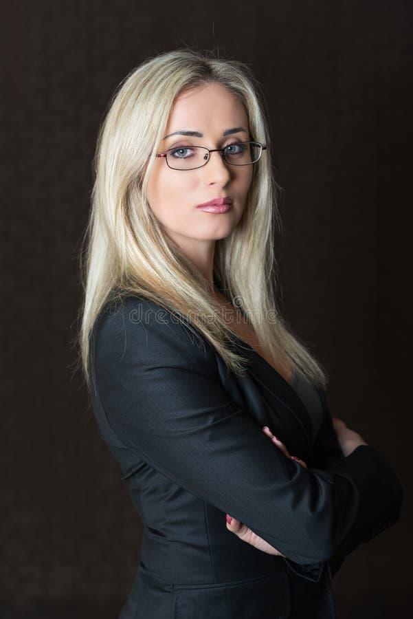 Portret elegancko ubieram młody wspaniały blond kobiety pozować fotografia stock