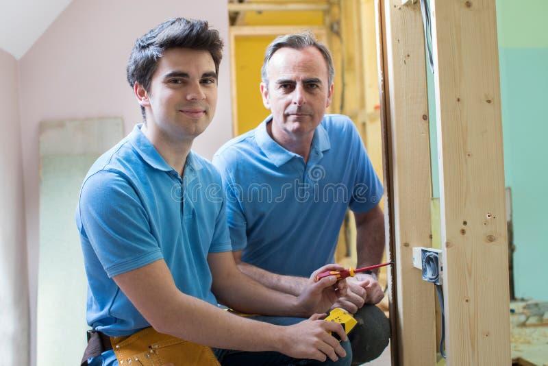 Portret elektryk Z aplikantem Pracuje W Nowym domu zdjęcia stock