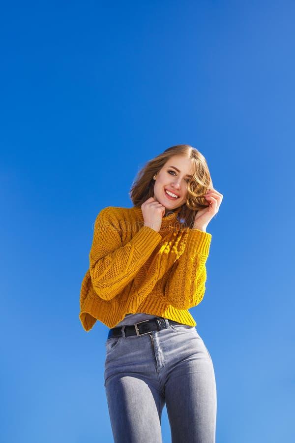 Portret emocjonalna dziewczyna w żółtym pulowerze krótkim włosy i fotografia royalty free