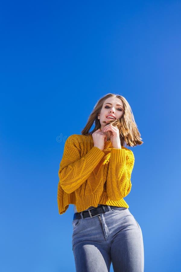 Portret emocjonalna dziewczyna w żółtym pulowerze krótkim włosy i obraz stock