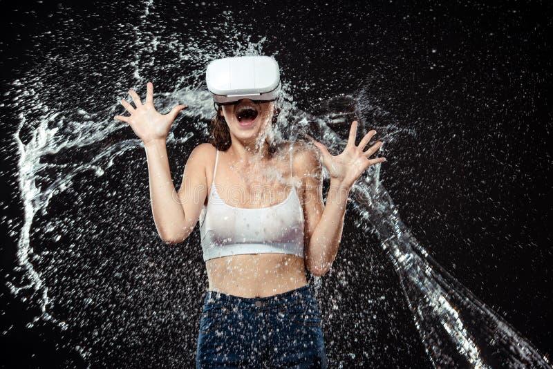 portret emocjonalna kobieta w vr słuchawki płukał z wodą zdjęcie stock