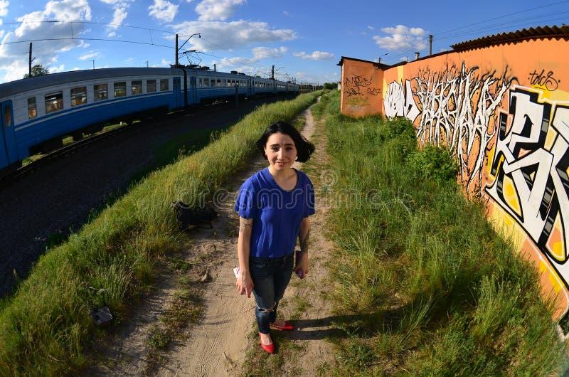 Portret emocjonalna młoda dziewczyna z czarni włosy i piercings obraz stock