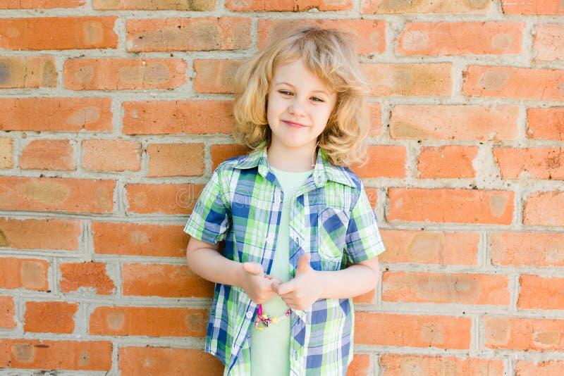 Portret emocjonalna mała dziewczynka w lato sukni zdjęcie royalty free