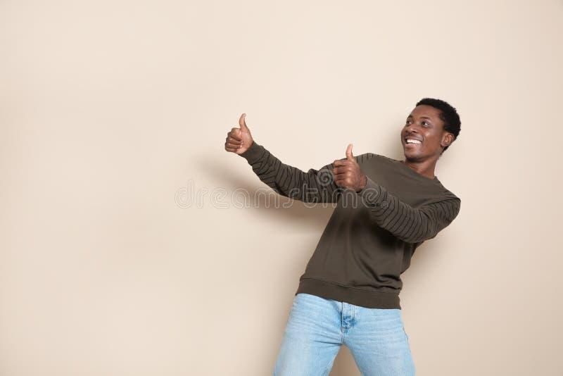 Portret emocjonalny afroamerykański mężczyzna na koloru tle fotografia royalty free