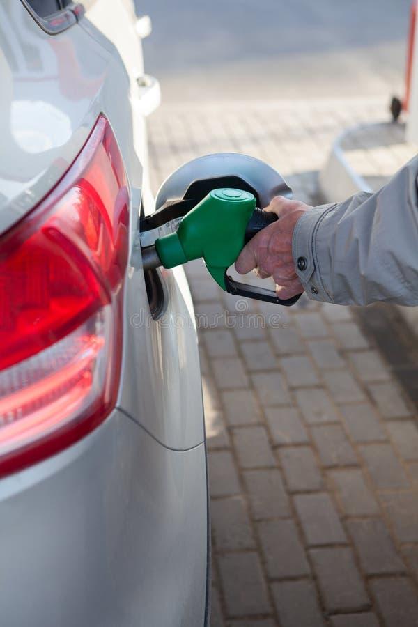 Portret europejczyka mężczyzna dojrzały refueling posiada samochód na benzynowej staci przy letnim dniem zdjęcia royalty free