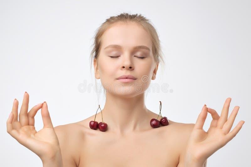 Portret europejska młodej kobiety mienia czerwieni wiśnia zdjęcie stock