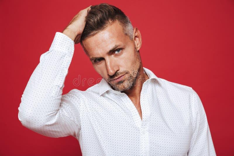 Portret europejski brunetka mężczyzna 30s z ściernią w białym shir fotografia stock