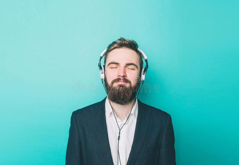 Portret facet który zostaje spokój i słuchanie muzyka Zamykał jego oczy i cieszyć się moment zdjęcie stock