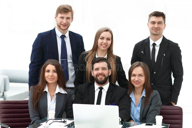 Portret fachowa biznes drużyna blisko stołu w biurze, obrazy royalty free