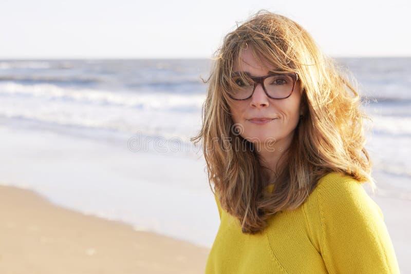 Portret fizzy z włosami piękna kobiety pozycja na plaży obraz royalty free