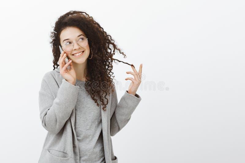 Portret flirty atrakcyjny Kaukaski żeński coworker w popielatym żakiecie i eyewear, ono wpatruje się na boku z szerokim uśmiechem fotografia stock