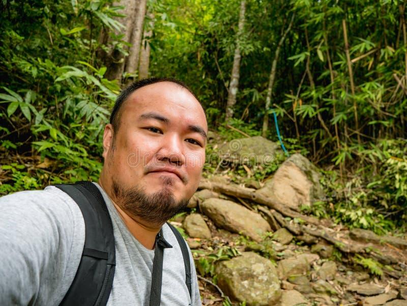 Portret fotografia trekking wierzchołek Khao Luang góra w Ramkhamhaeng parku narodowym Azjatycki turysta obrazy royalty free