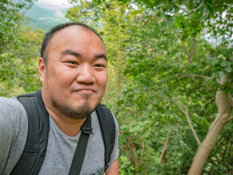 Portret fotografia trekking wierzchołek Khao Luang góra w Ramkhamhaeng parku narodowym Azjatycki turysta obrazy stock