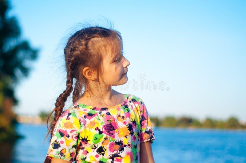 Portret garbnikuj?cy pi?? dziewczyn z d?ugie w?osy morze w pasiastej biel sukni zdjęcie stock