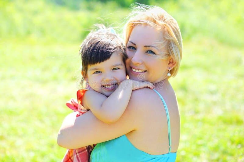 Portret gelukkig glimlachend moeder en kind die pret hebben samen royalty-vrije stock afbeelding