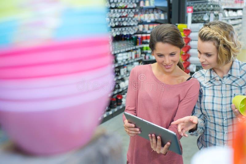 Portret gelukkig lesbisch paar het kopen product in ijzerhandel royalty-vrije stock foto's