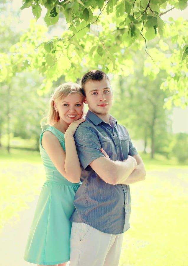 Portret gelukkig paar die samen bij de zomer lopen royalty-vrije stock afbeeldingen