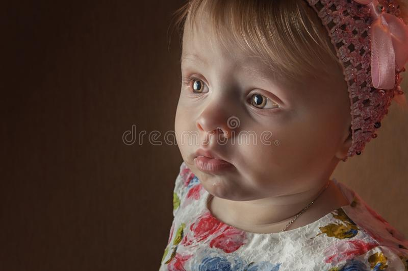 Portret gelukkige éénjarigenmeisje het stellen in het spelen ruimte royalty-vrije stock afbeeldingen