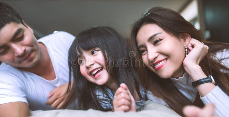 Portret Gelukkige Aziatische Familie in slaapkamer stock afbeelding