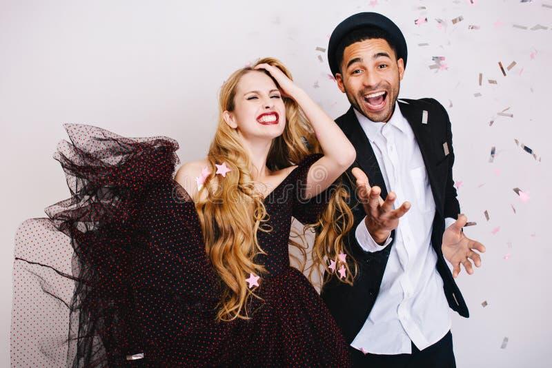 Portret gelukkige gekke emoties op de dag van vieringsvalentine van opgewekt paar in liefde die pret witte achtergrond heeft luxe stock foto