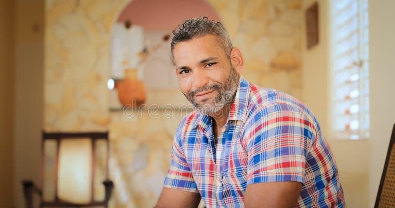 Portret Gelukkige Homoseksueel die Camera binnen bekijken royalty-vrije stock fotografie