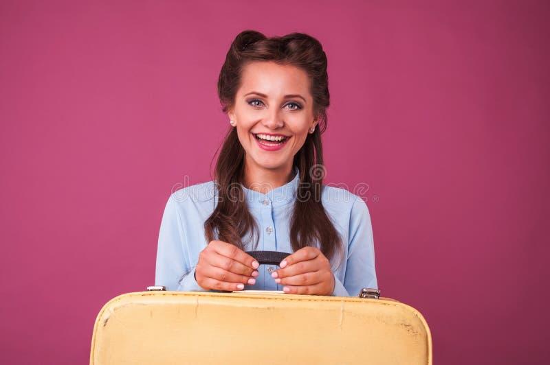 Portret gelukkige jonge vrouw met koffer Reis stock foto's
