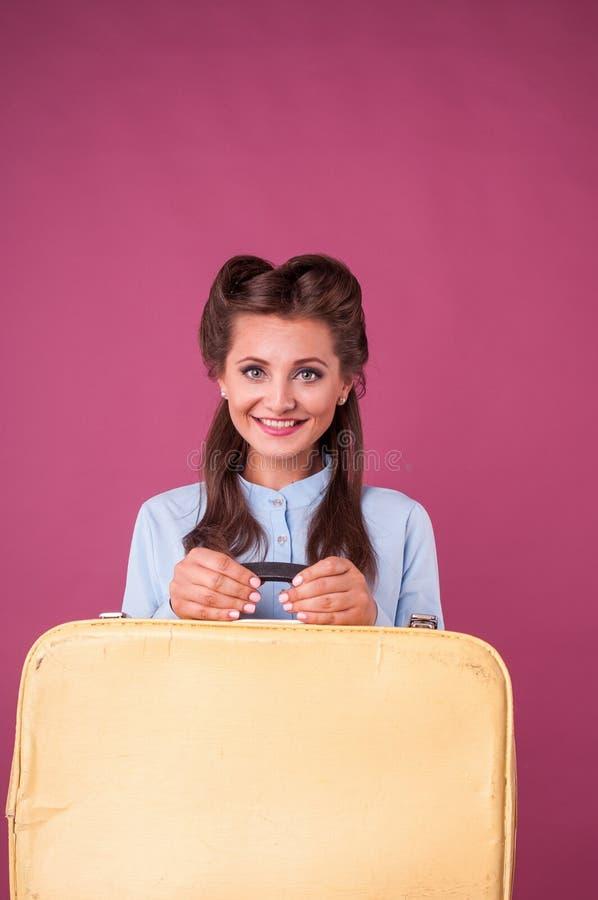 Portret gelukkige jonge vrouw met koffer Reis stock foto