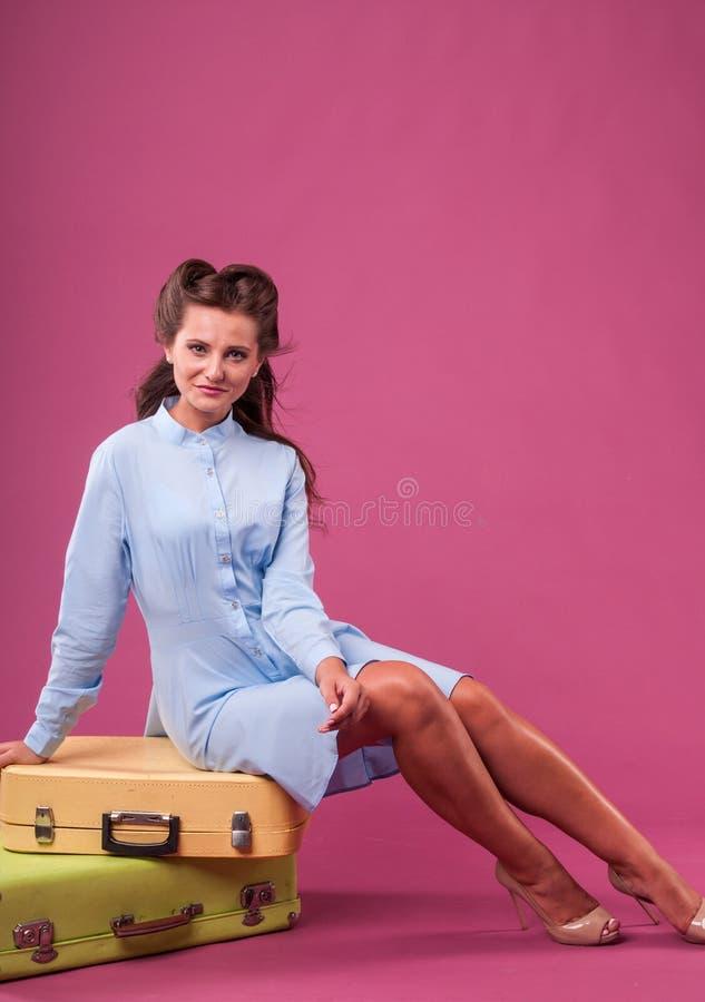 Portret gelukkige jonge vrouw met koffer Reis stock afbeeldingen