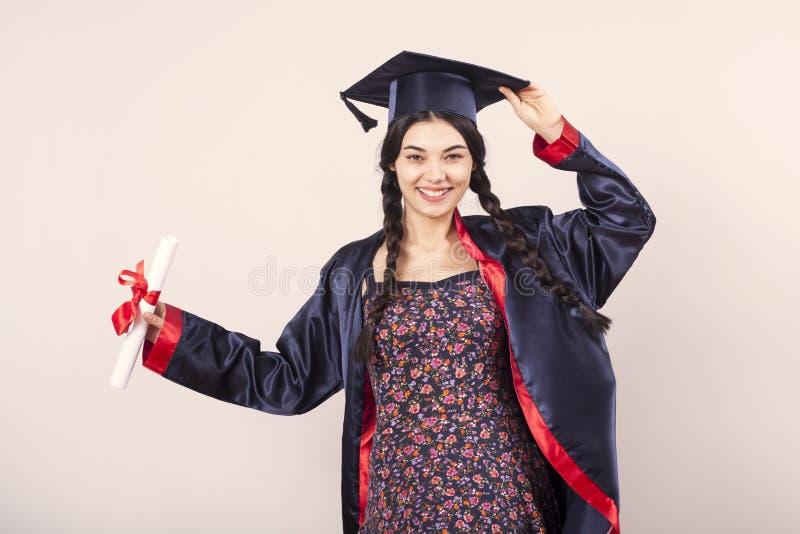 Portret gelukkige vrouw op haar Universiteit van de graduatiedag Onderwijs en mensen royalty-vrije stock fotografie