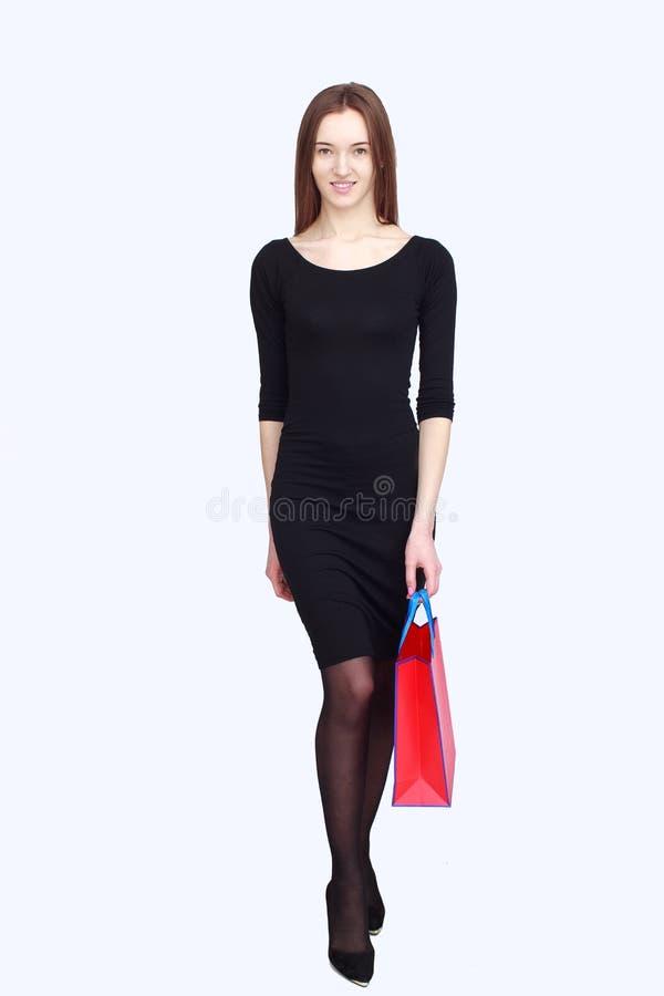 Portret gelukkige vrouw in zwarte kleding stock afbeelding