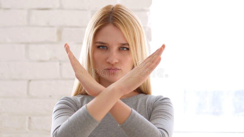 Portret Gestykuluje odrzucenie młoda kobieta, odmowa fotografia stock