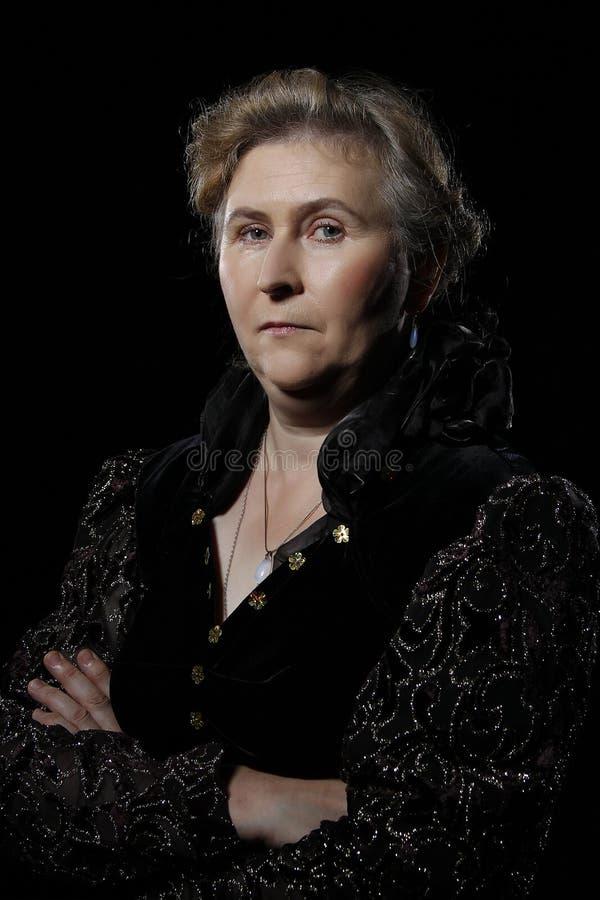 portret gniewna kobieta Surowa dama Szkodliwa stara kobieta zdjęcie stock