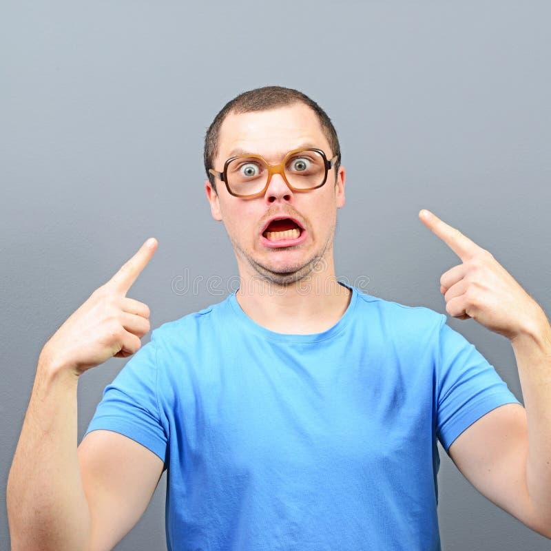 Portret gniewny głupek z ogromnymi szkłami obrazy royalty free