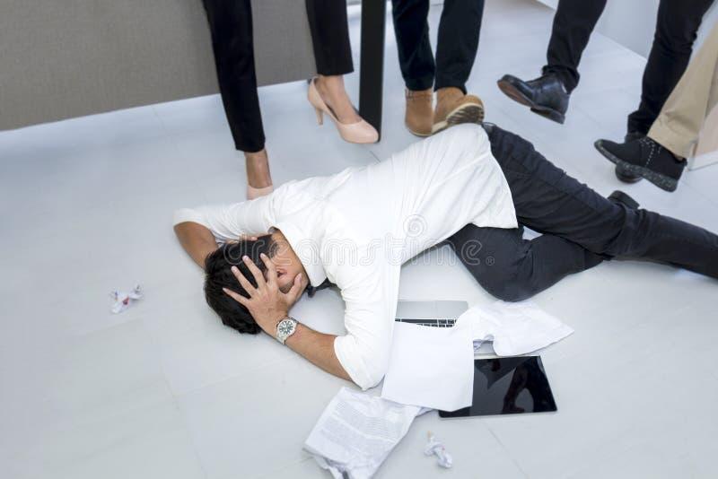 Portret gniewny mężczyzna 20-30 rok Yong biznesmen stresujący się, strach zdjęcie royalty free