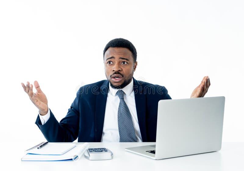 Portret gniewny, sfrustowany biznesmen krzyczy przy laptopem i, zdjęcie royalty free